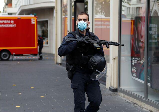 Policie na místě útoku v Nice (29. 10. 2020)