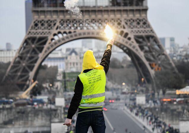 Účastník protestu žlutých vest v Paříži