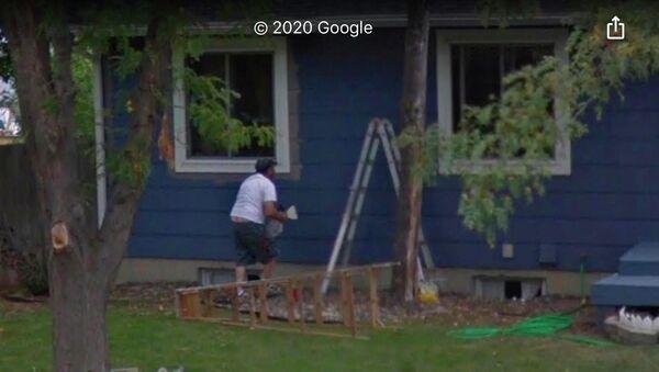 Uživatel Redditu náhodou objevil zesnulého otce v Mapách Google. Podle slov muže jeho rodina najednou našla příbuzného na panoramatické fotografii domu, který se chystali prodat. - Sputnik Česká republika