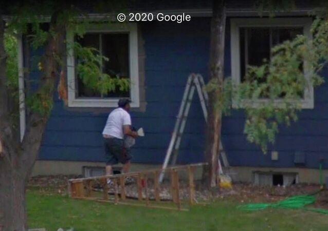 Uživatel Redditu náhodou objevil zesnulého otce v Mapách Google. Podle slov muže jeho rodina najednou našla příbuzného na panoramatické fotografii domu, který se chystali prodat.