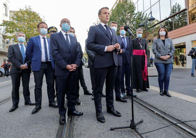 Francouzský prezident Emmanuel Macron vystupuje před médií po teroristickém útoku v Nice (29. 10. 2020)