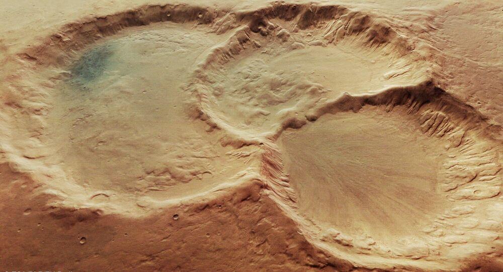 Trojice kráterů na povrchu Marsu