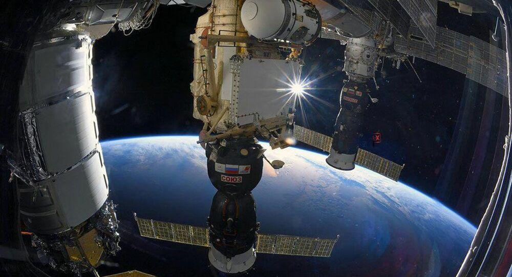 Loď Sojuz MS připojený k Mezinárodní vesmírné stanici. Ilustrační foto