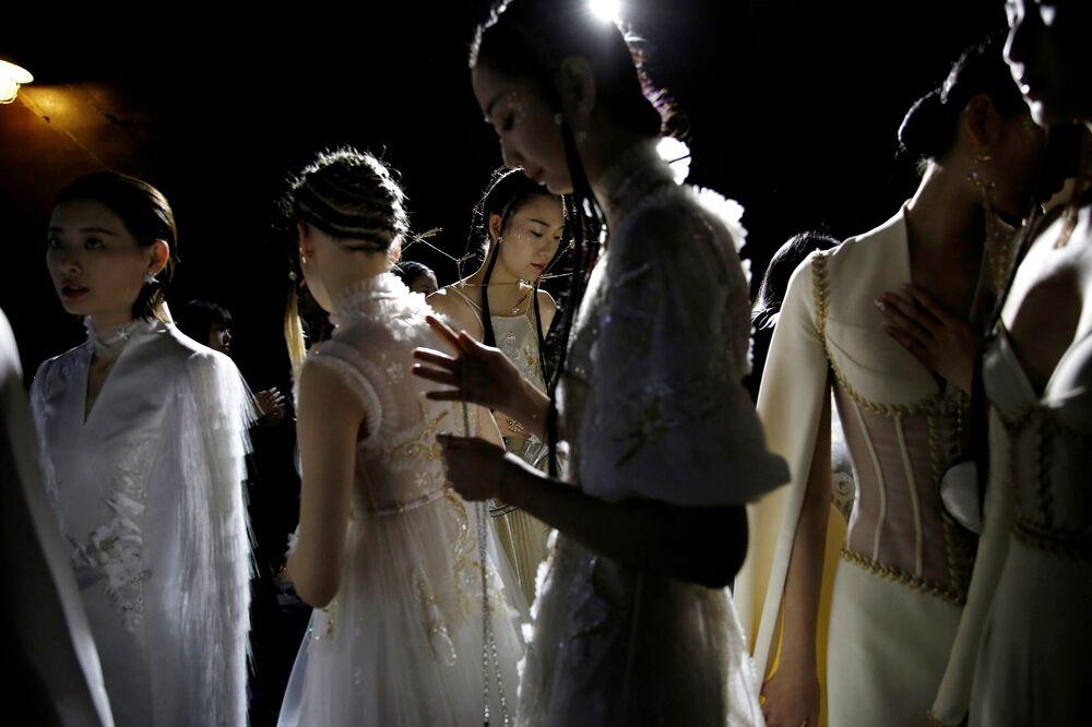 Modelky v zákulisí před přehlídkou kolekce Heaven Gaia Spring / Summer 2021 v Pekingu