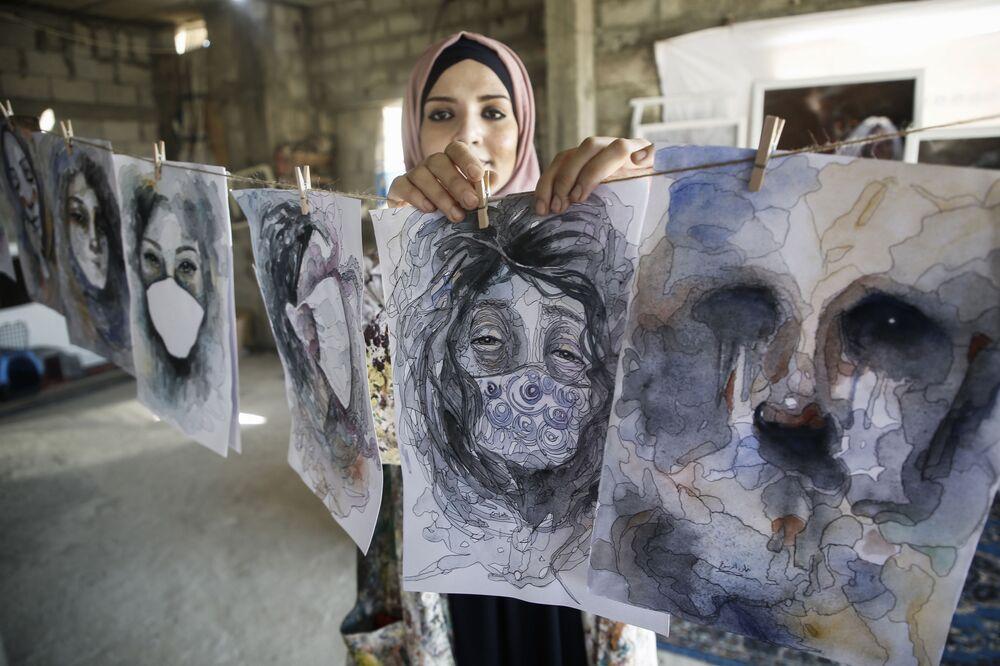 Palestinská umělkyně Halud ed-Desuki se svou prací v Chán Júnise