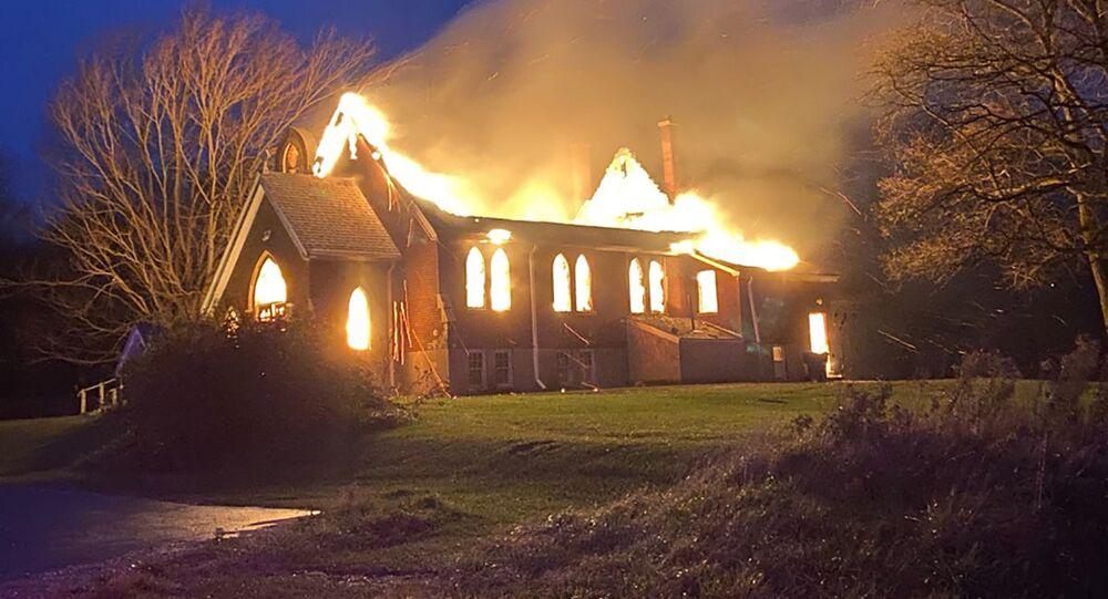 Hořící Anglikánský kostel sv. Ondřeje v kanadském Ontariu