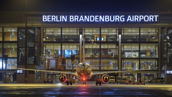Letadlo před novým mezinárodním berlínským letištěm Willyho Brandta v Německu - Sputnik Česká republika