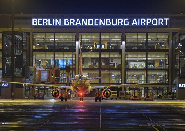 Letadlo před novým mezinárodním berlínským letištěm Willyho Brandta v Německu