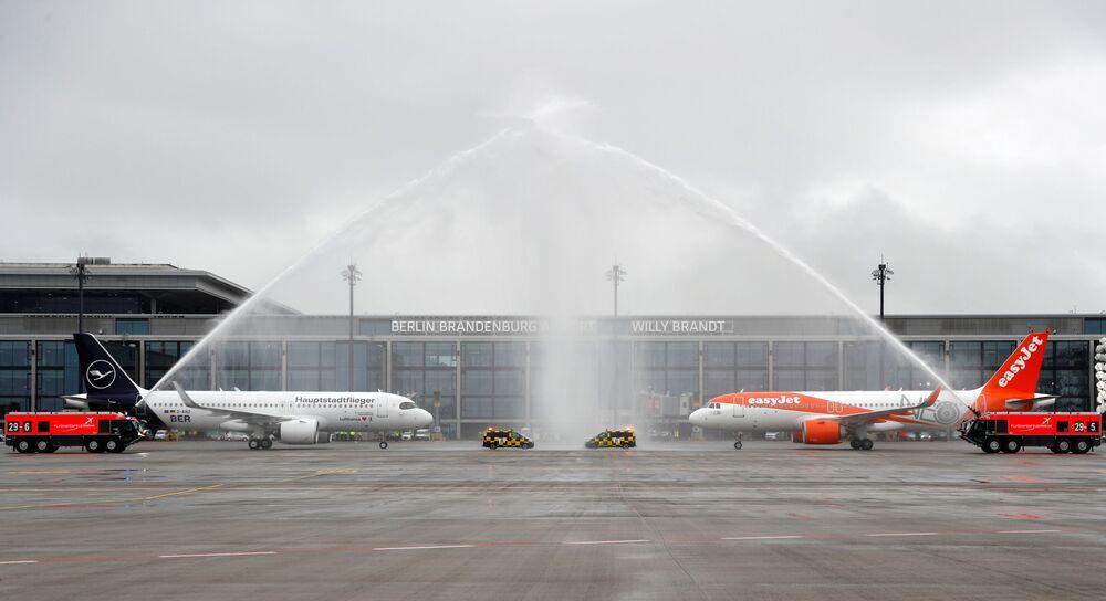 Letadla Lufthansa a EasyJet na ranveji nového mezinárodního letiště Willyho Brandta v Německu