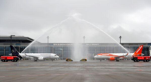 Letadla Lufthansa a EasyJet na ranveji nového mezinárodního letiště Willyho Brandta v Německu - Sputnik Česká republika