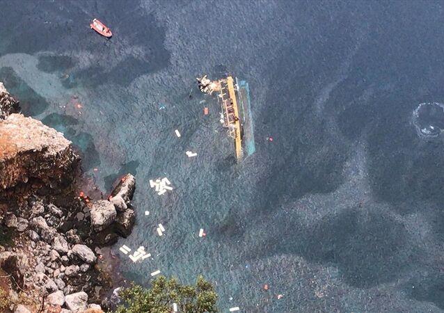 V turecké Alanyi se převrátila výletní loď s turisty