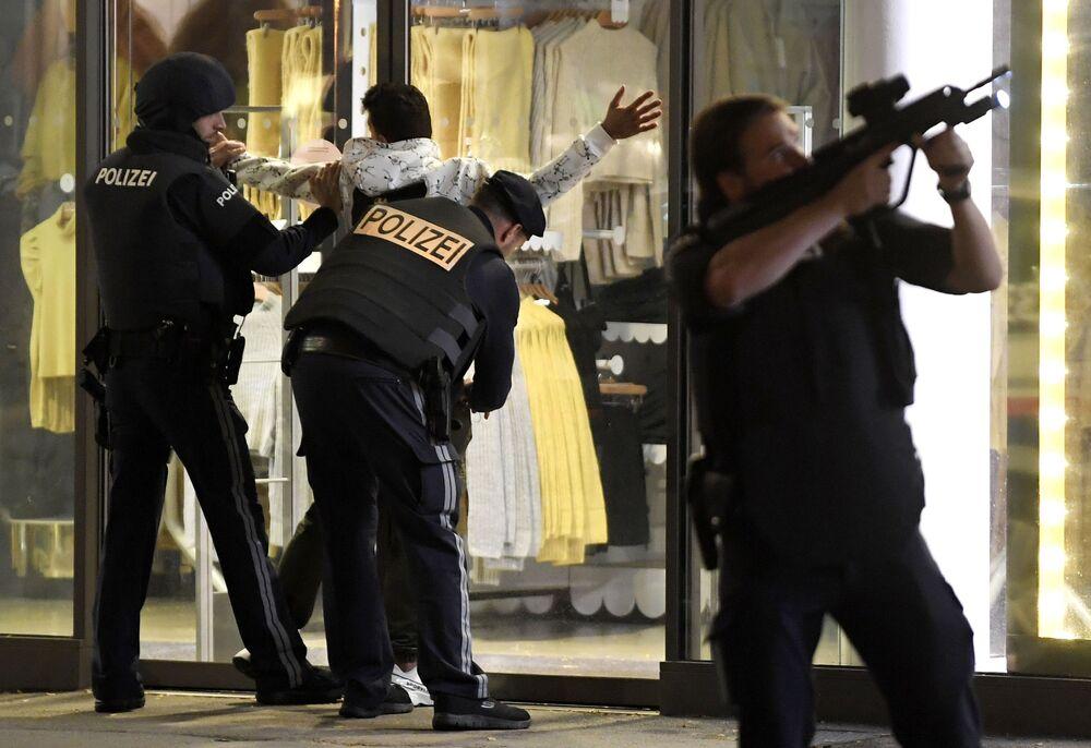 Policie na místě střelby ve Vídni kontroluje osobu, ulice Mariahilferstrasse