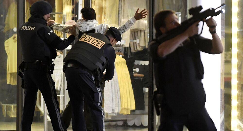 Policie na místě teroristického útoku ve Vídni (2. 11. 2020)