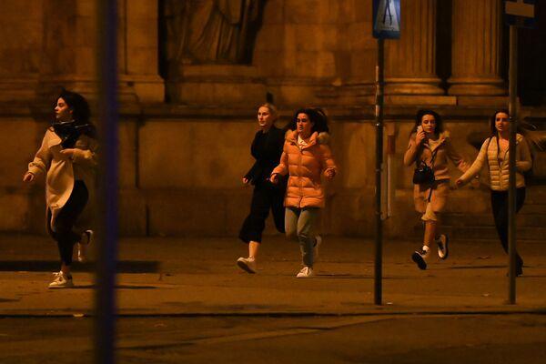 Dívky utíkají z místa střelby ve Vídni  - Sputnik Česká republika