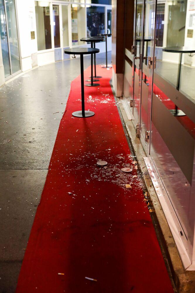 Rozbité sklo na místě střelby ve Vídni