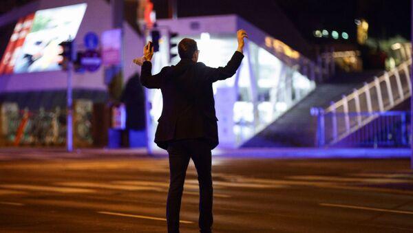 Muž drží ruce nad hlavou při policejní kontrole po střelbě útočníků, Rakousko 2. listopadu 2020 - Sputnik Česká republika