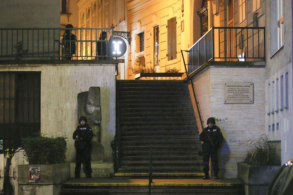 Policisté střeží poblíž synagogy poté, co byly slyšet výstřely