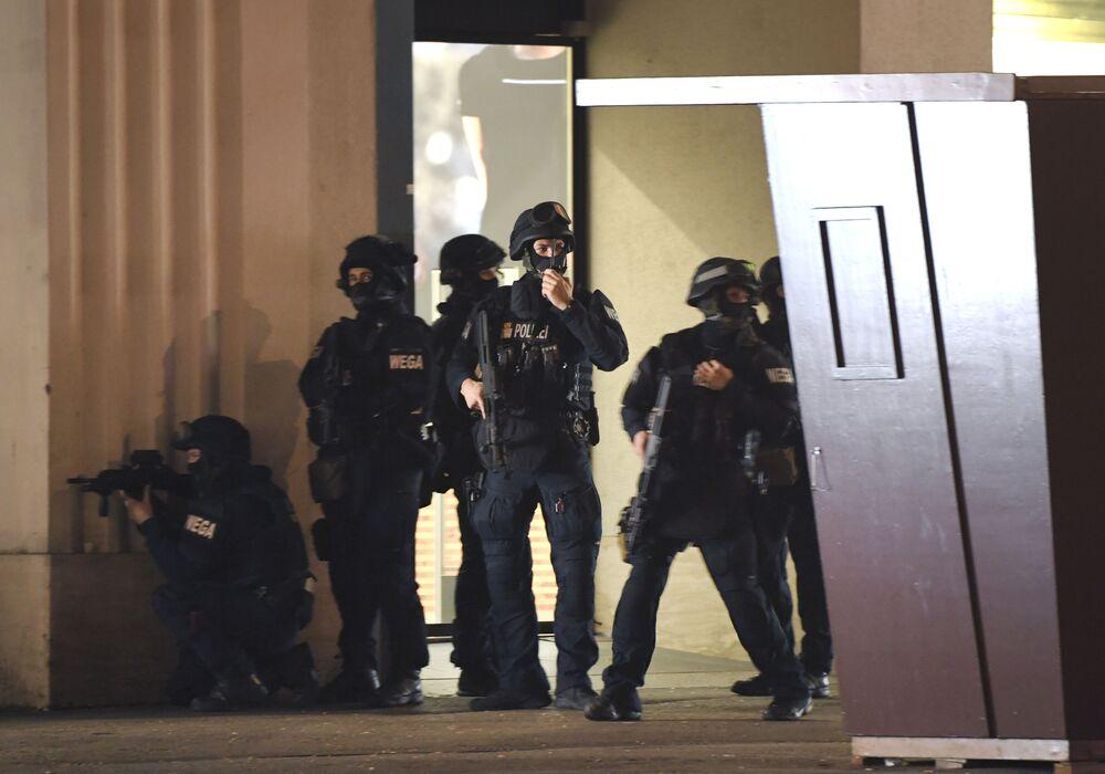 Policisté hlídají v ulici Mariahilfer po střelbě v centru Vídně, 2. listopadu 2020
