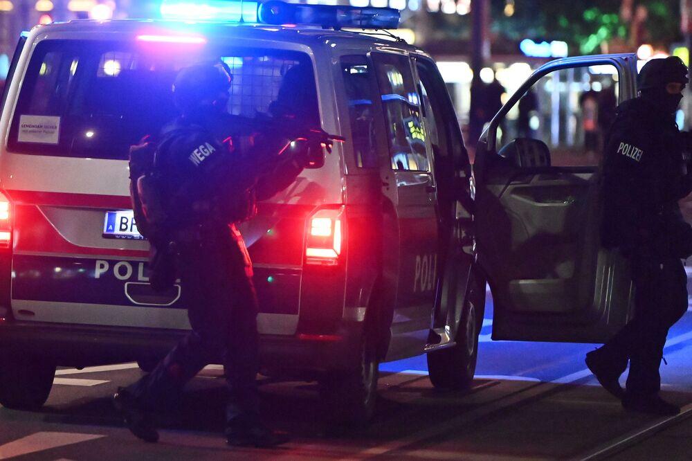 Ozbrojení policisté vystupují z auta v centru Vídně