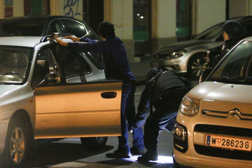 Policie kontroluje muže na místě střelby ve Vídni