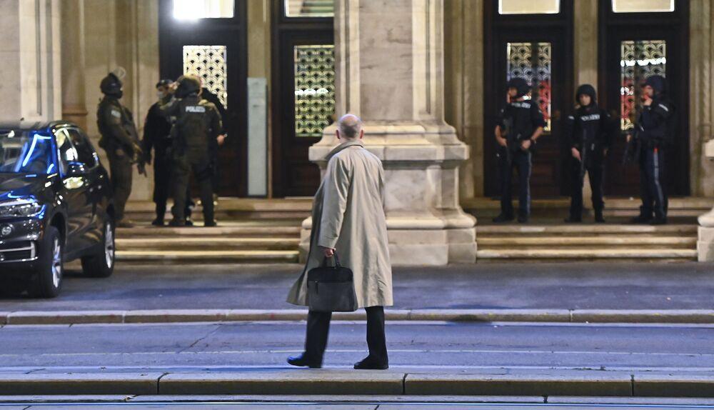 Policie a kolemjdoucí u budovy Vídeňské státní opery