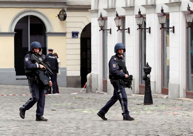 Rakouští policisté po teroristickém útoku ve Vídni