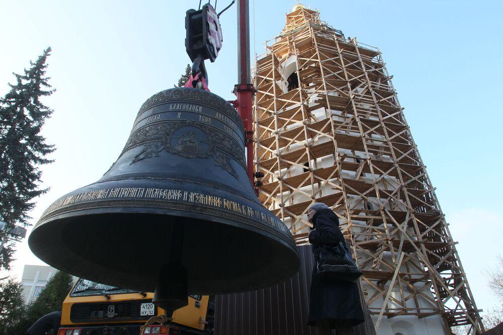 Zvon darovaný ruským prezidentem Vladimirem Putinem v Den národní jednoty pro obnovenou zvonici Spaso-preobraženské katedrály