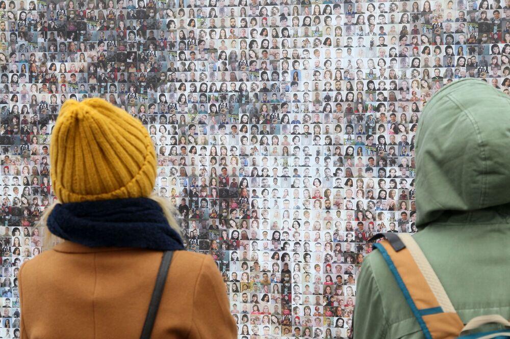 Dívky u instalace, sestavené z několika tisíc portrétů obyvatel Nižního Novgorodu, v podobě obrazu Konstantina Makovského Vzvolání Minina k lidu, nainstalovaného na počest Dne národní jednoty v Nižním Novgorodu