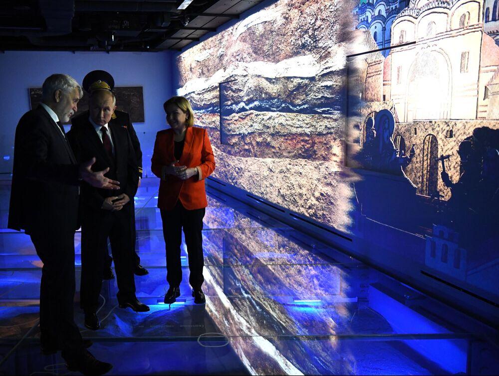 Ruský prezident Vladimir Putin během exkurze po novém Muzeu archeologie Čudova kláštera u příležitosti Dne národní jednoty