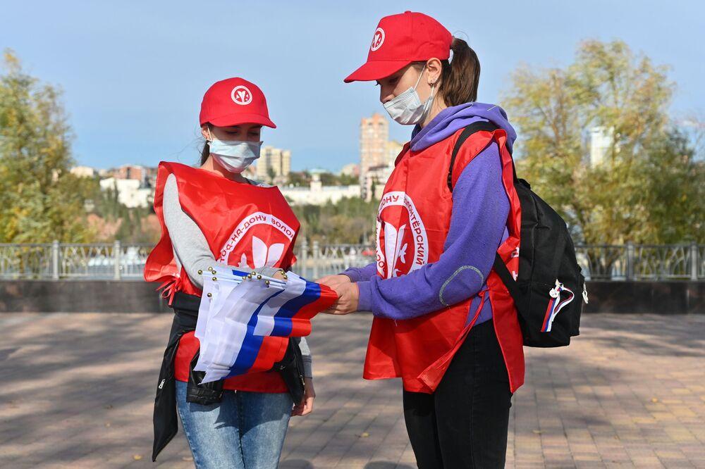 Dobrovolníci rozdávají vlaječky v barvách trikolory v rámci celoruské akce Jsme spolu v Den národní jednoty v Rostově na Donu