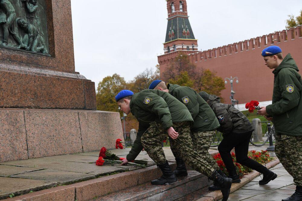 Zástupci mládežnických organizací na slavnostním ceremoniálu položení květin k památníku Kuzmy Minina a Dmitrije Požarského na Rudém náměstí