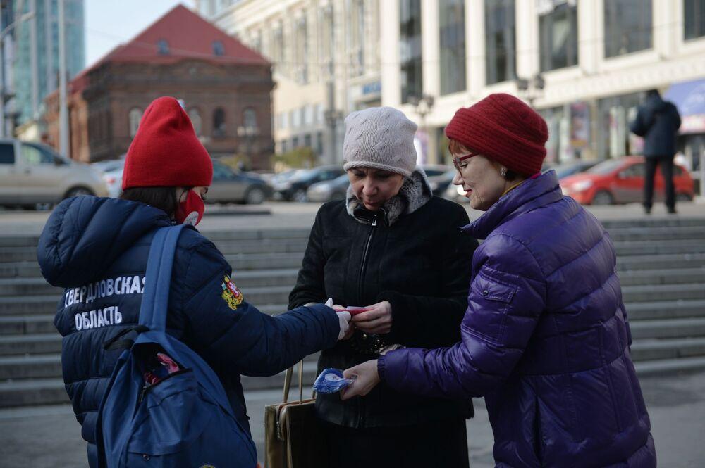 Dobrovolníci rozdávají ochranné roušky se symbolikou Dne národní jednoty v rámci celoruské akce Jsme spolu v Jekatěrinburgu