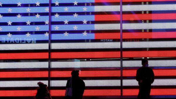 Lidé u elektronické vlajky USA na Times Square - Sputnik Česká republika