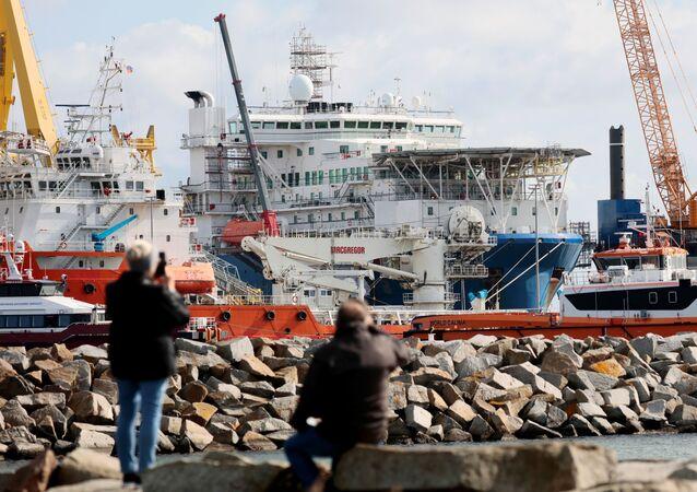 Potrubní loď Akademik Čerský v německém přístavu Mukran na ostrově Rujána