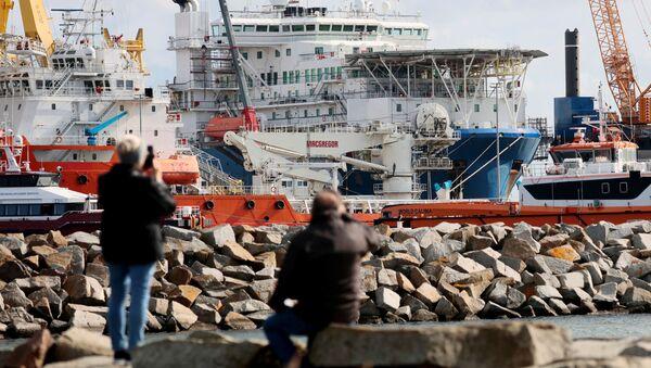 Potrubní loď Akademik Čerský v německém přístavu Mukran na ostrově Rujána - Sputnik Česká republika
