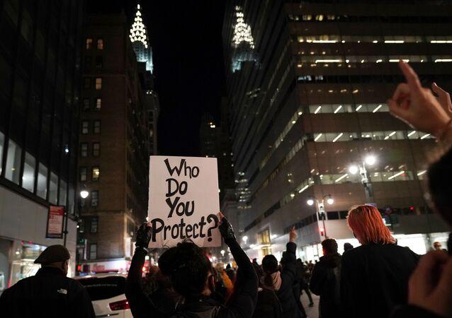 Lidé v New Yorku i na dalších místech vyšly do ulic a protestují