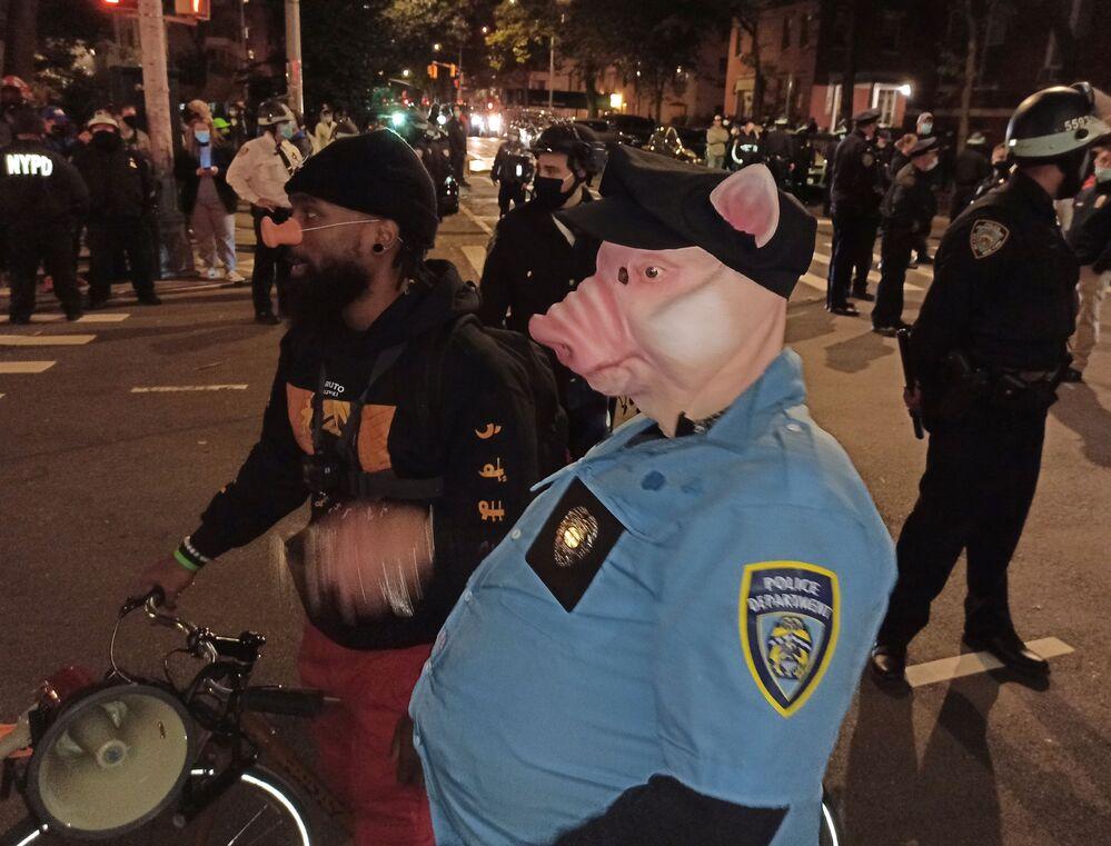 Demonstranti v New Yorku během noci, kdy probíhalo sčítání hlasů odevzdaných v prezidentských volbách USA.