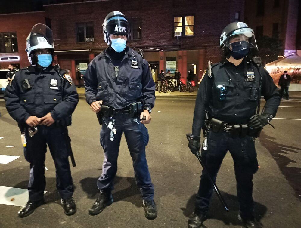 Policisté v newyorské ulici během noci, kdy probíhalo sčítání hlasů po skončení voleb amerického prezidenta.