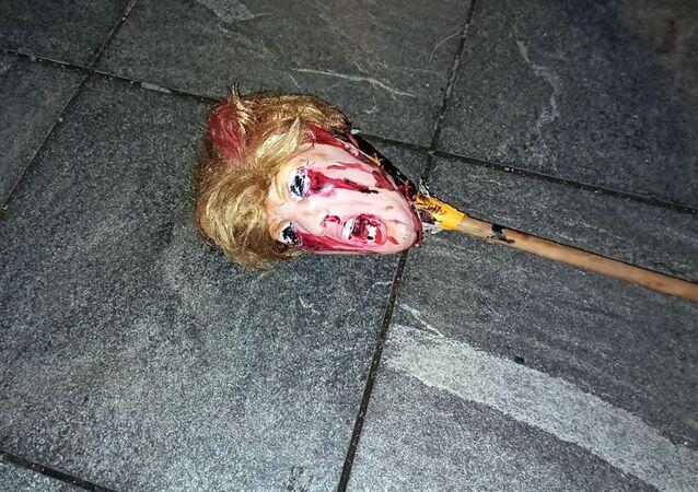 Maska zobrazující tvář prezidentského kandidáta Donalda Trumpa, kterou protestující pohodili v jedné newyorské ulici v noci, kdy probíhalo sčítání hlasů po skončení voleb.