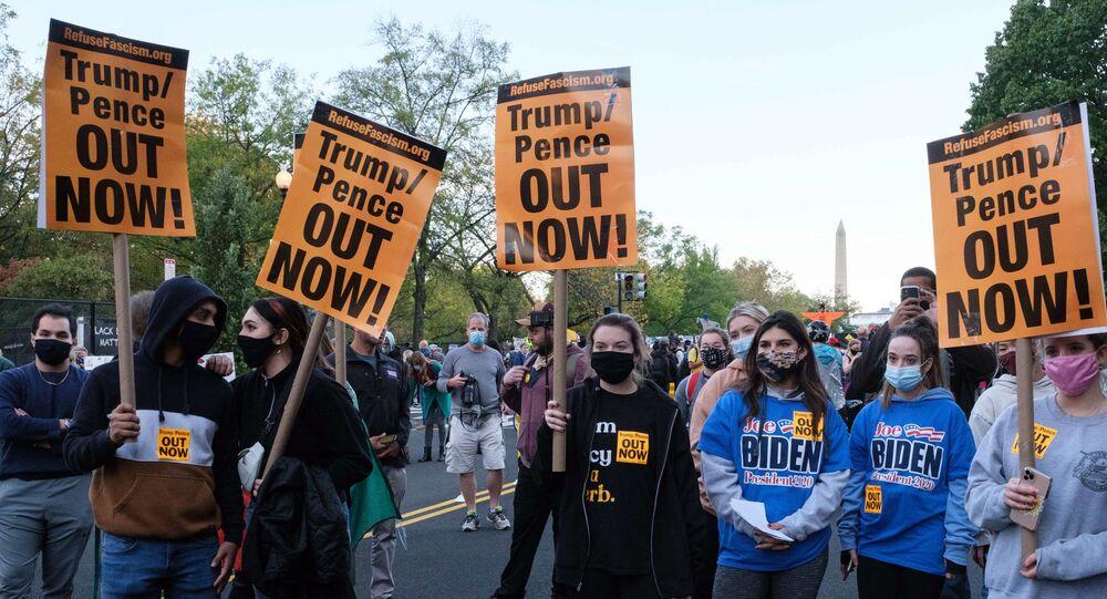 Stoupenci Joe Bidena demonstrují v den prezidentských voleb před Bílým domem