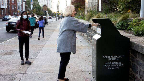Voliči v USA odesílají své hlasy v prezidentských volbách. Ilustrační foto - Sputnik Česká republika