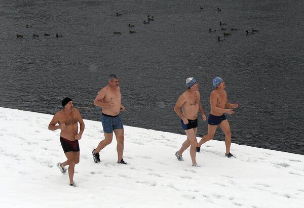 Členové zimního plaveckého klubu Delfín pobíhají po nábřeží před koupáním v řece Jenisej v Divnogorsku - Sputnik Česká republika