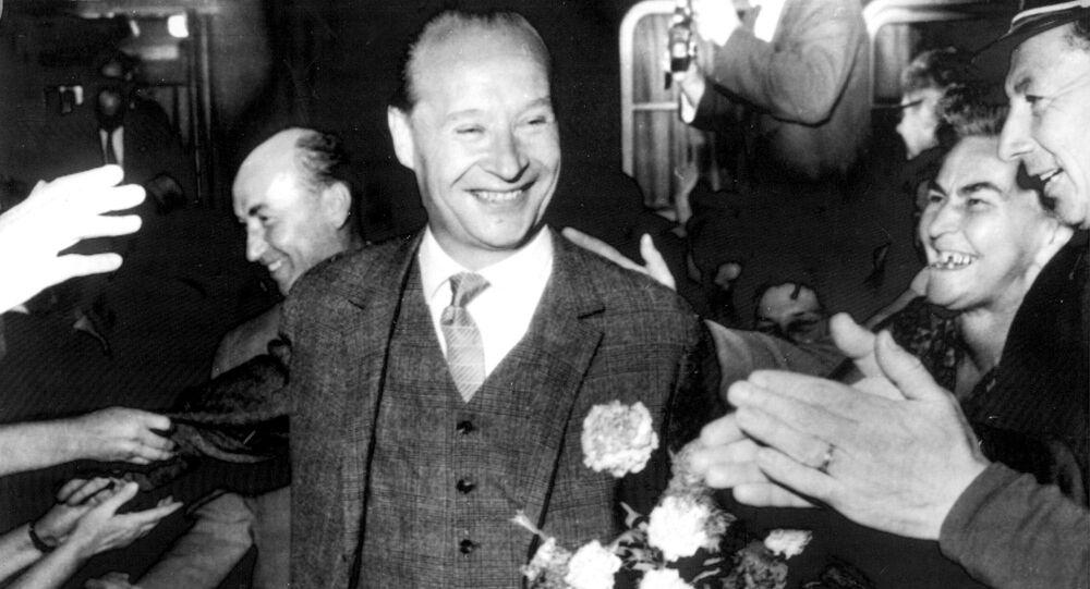 První tajemník ÚV KSČ Alexandr Dubček v Košicích, kde ho vítají po summitu mezi Československem a Sovětským svazem v Čierné nad Tisou (2. 8. 1968)