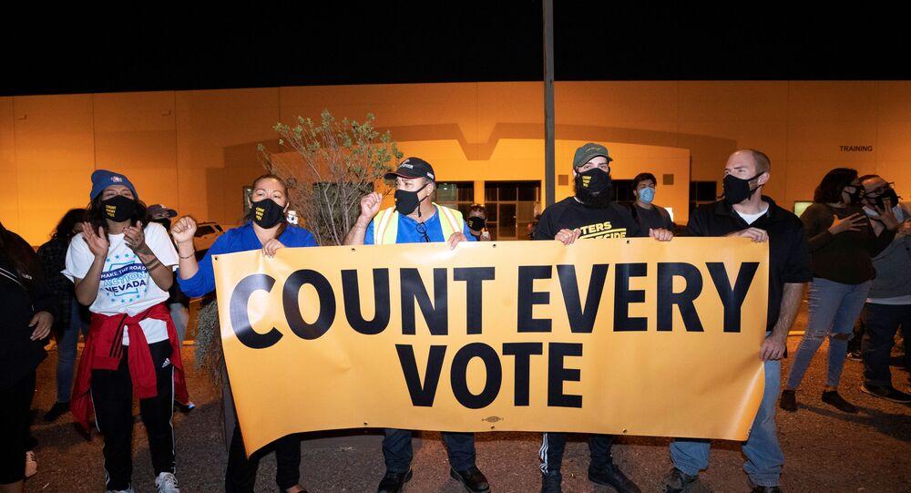 """Protestující, organizovaní organizacemi Make the Road Action Nevada a PLAN Action, drží transparent během protestu """"Stop the Steal"""" příznivců amerického prezidenta Donalda Trumpa v Nevadě, USA 4. listopadu 2020"""