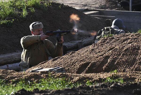 Účastníci akce rekonstruovali mnoho hrdinských činů obránců Moskvy, včetně stavby obranných zařízení a účasti v bitvách lidových milicí.  - Sputnik Česká republika
