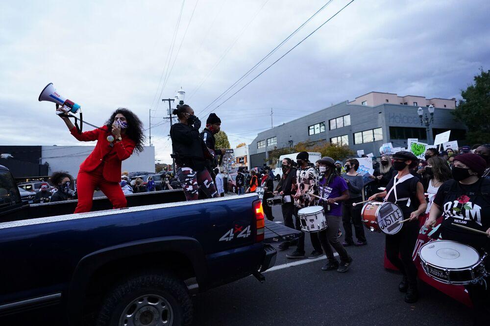 Lidé protestují v Portlandu, stát Oregon, po hlasování v prezidentských volbách.