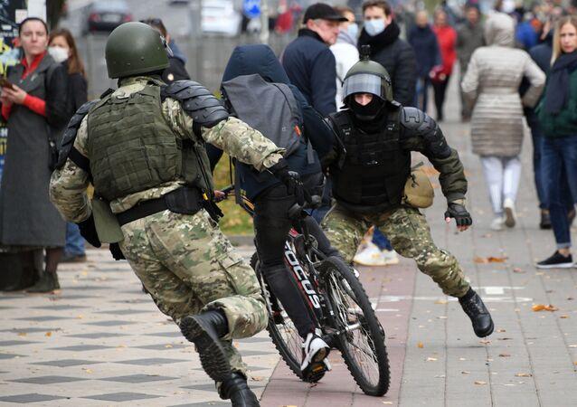 Policisté zasahují proti demonstrantům v Minsku.