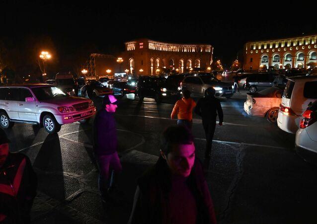 Noční protesty v Jerevanu.
