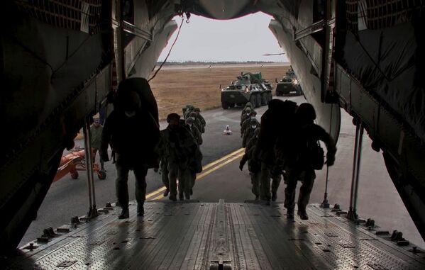 Nakládání techniky a nástup vojenského personálu do transportních letadel Il-76. Letiště Uljanovsk-Vostočnyj, ruské město Uljanovsk. - Sputnik Česká republika