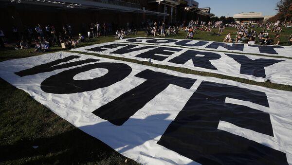 Transparent s nápisem Spočítejte každý hlas ve Filadelfii poté, co demokrat Joe Biden porazil prezidenta Donalda Trumpa a stal se 46.prezidentem Spojených států - Sputnik Česká republika